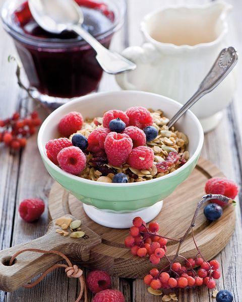 Bol de cereales con frutos rojos