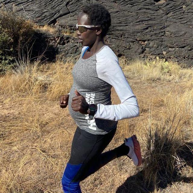 aliphine tuliamuk corre por el campo embarazada mientras prepara el maratón de los juegos olímpicos de tokio
