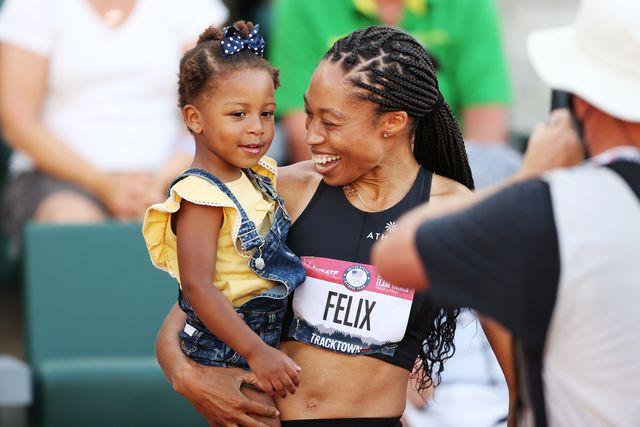 allyson felix posa con su hija tras ganarse su plaza para su quintos juegos olimpicos de tokio en los trials