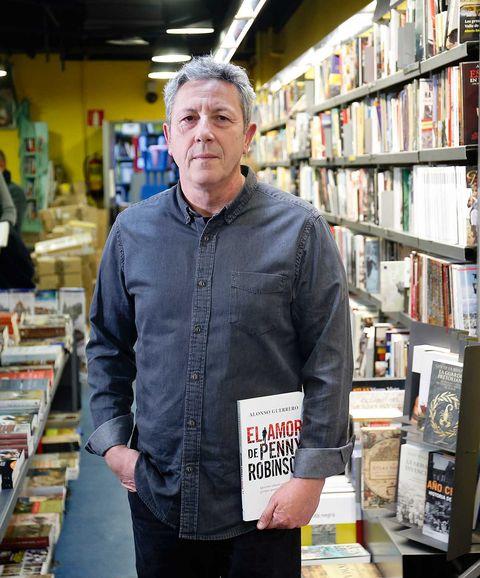 Alonso Guerrero presenta su novela 'El amor de Penny Robinson'