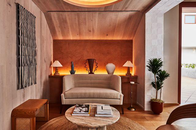 interior del alsace hotel en los ángeles con inspiración mediterránea y decoración de madera, vintage y artesana