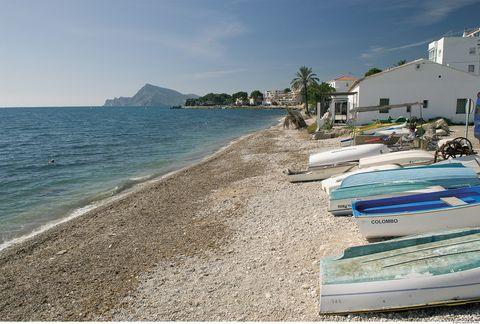 Imagen de la playa de Altea con barquitas pesqueras