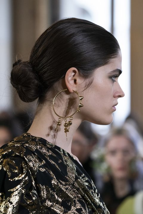 Hair, Hairstyle, Fashion, Chignon, Beauty, Ear, Eyebrow, Haute couture, Shoulder, Chin,