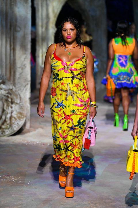 een look van versace tijdens milan fashion week