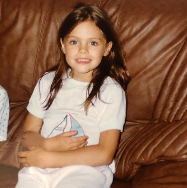 Long hair, Sitting, Brown hair, Leg, Child, Smile,