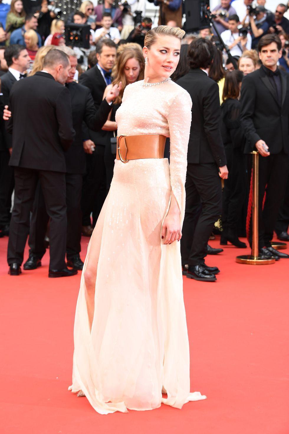 Pakaian ini dipadankan dengan belt model wide berwarna coklat, dan sepatu hak tinggi keluaran Christian Louboutin.