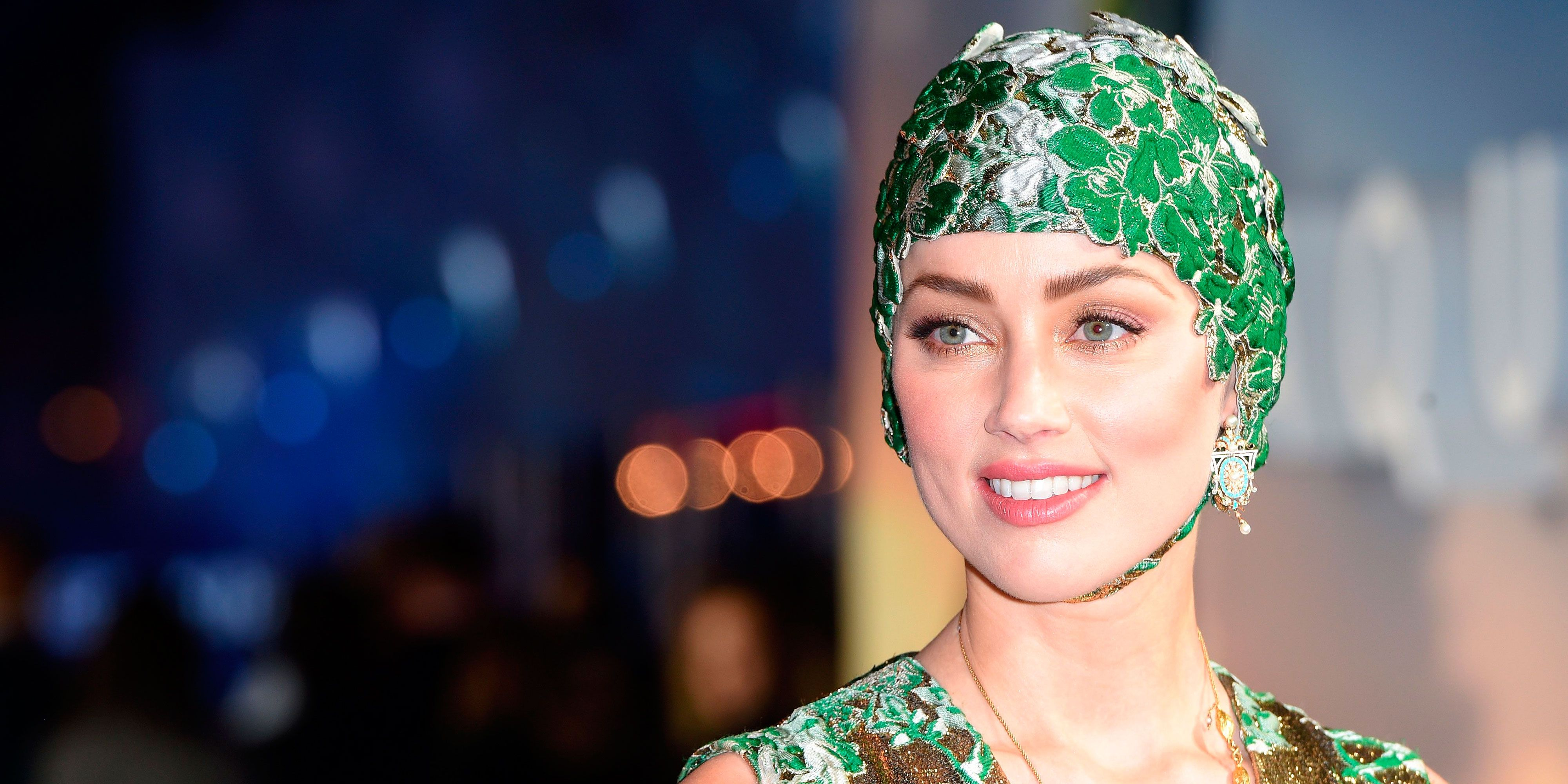 amber heard wore a swimming cap on the red carpet last night amber