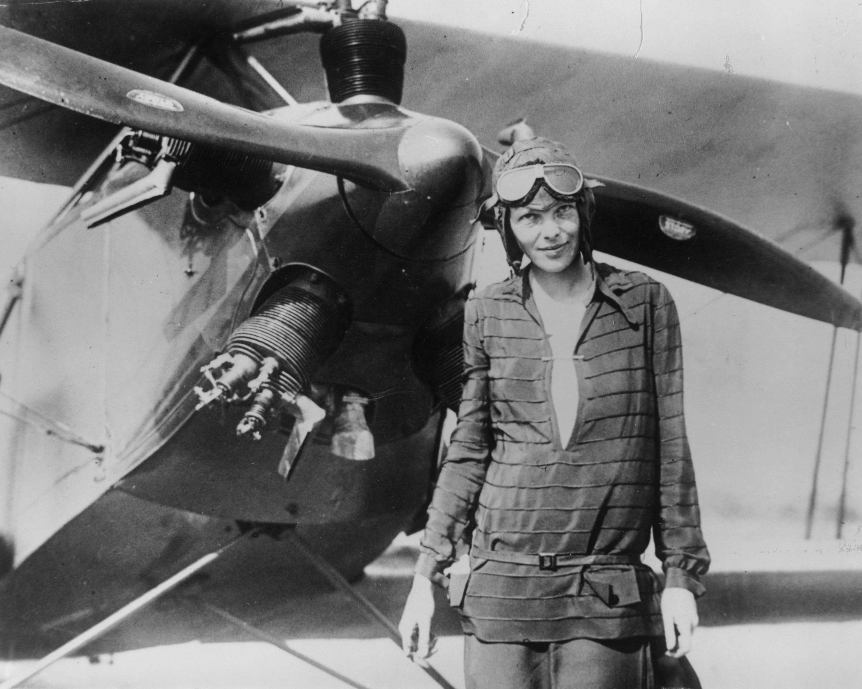 Amelia Earhart, la prima aviatrice a sorvolare l'Atlantico la cui fine rimane ancora oggi un mistero