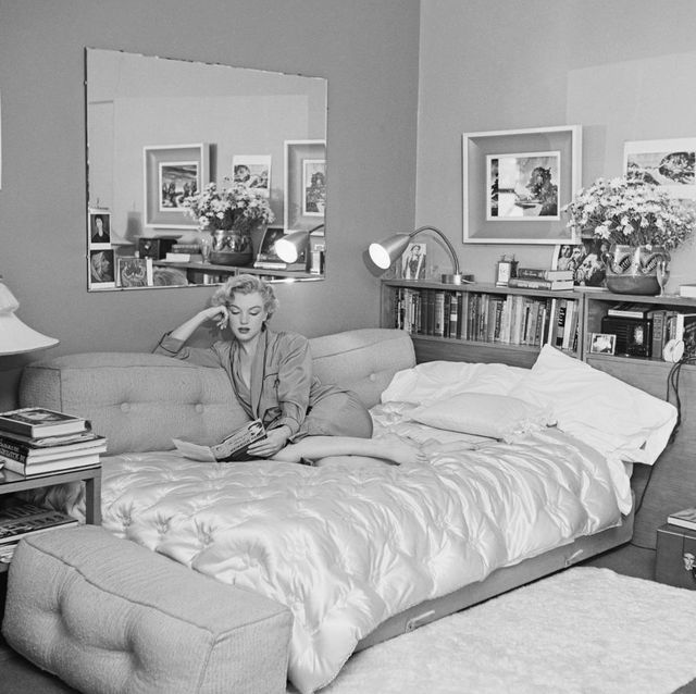 vintage photos of celebrities at home   marilyn monroe in bed