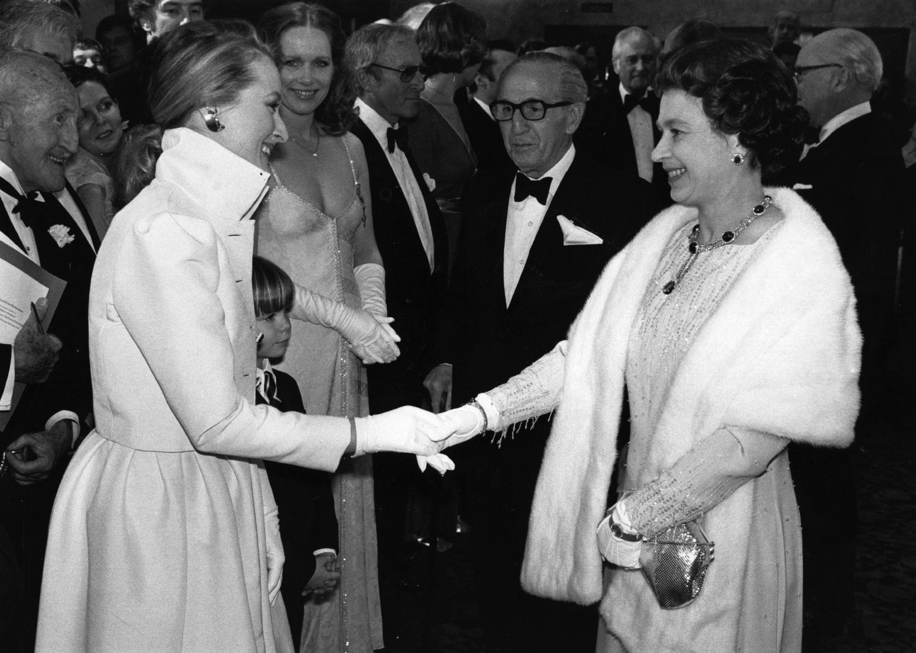 Cosa mi metto per incontrare la Regina Elisabetta? Qui ci sono i look scelti dalle celeb per sua maestà