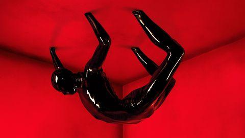 rubber man, de american horror story, colgado del techo en un poster rojo promocional de la serie