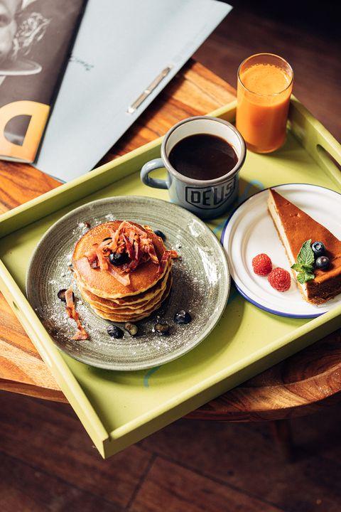 american pancakes met bacon en bosbessen