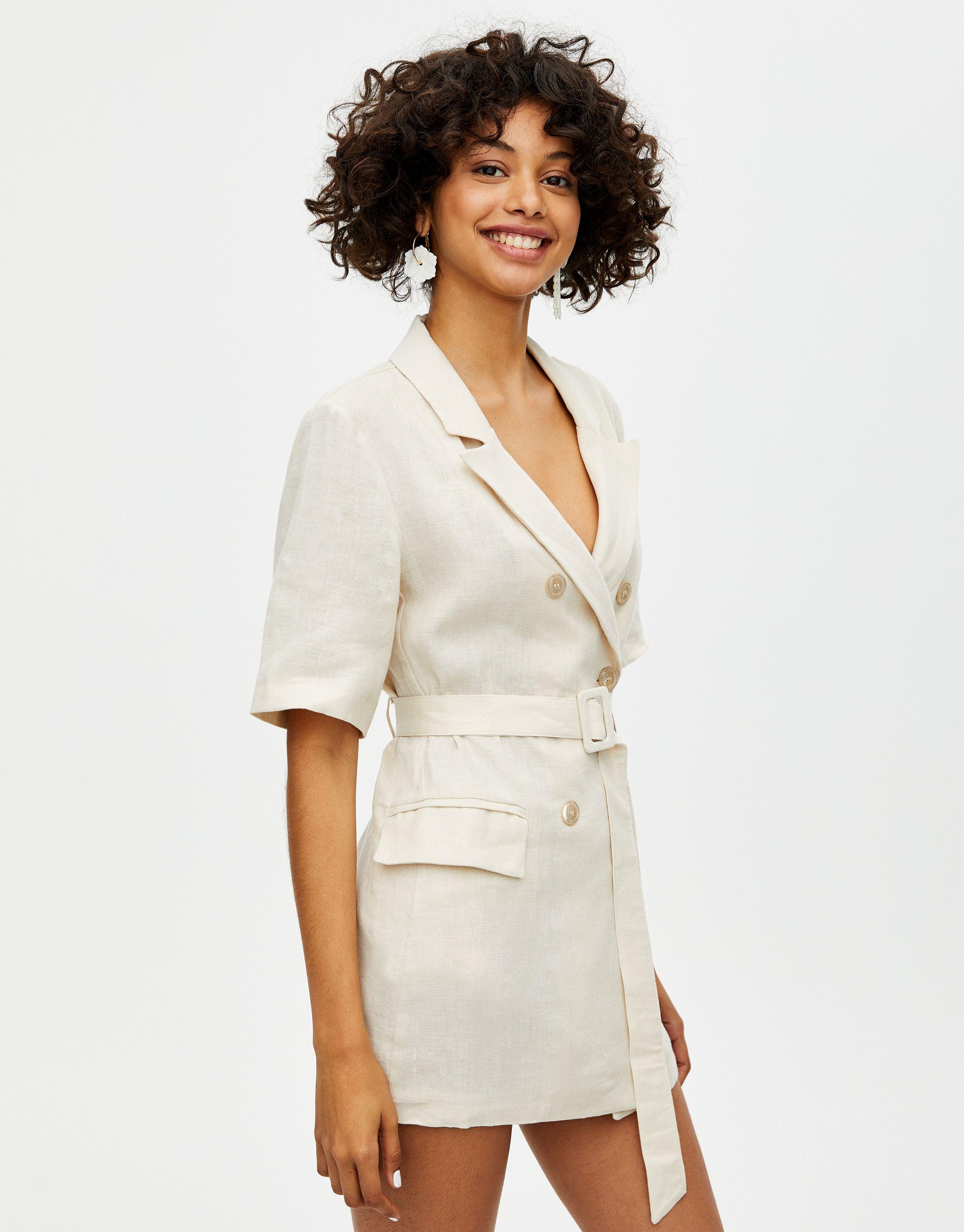 8be2ae15ce La americana de entretiempo se vende en Pull Bear y la puedes llevar con  todo (o como vestido)