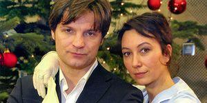 Misel Maticevic y Ursula Strauss (con su mejor arma) en la película 'Amor al alza'