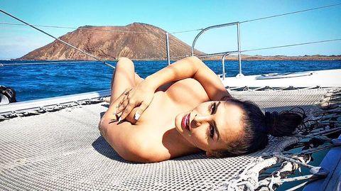 amor romeira en una foto de su instagram, desnuda en un barco