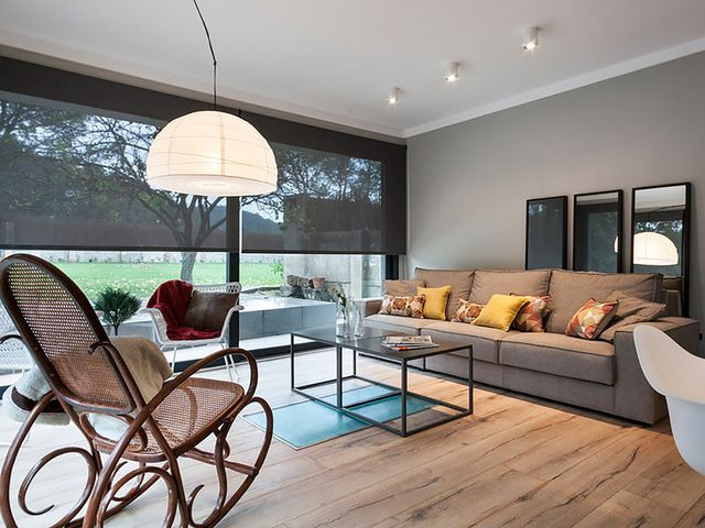 una casa reformada en el campo   salón orientado al exterior a través de los ventanales