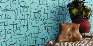 Asesegua di Chrissa Amuah Wallpaper dipinta a mano per la titolare dello studio Amwa, direttore e fondatrice della piattaforma Africa by Design. Ghanese di origine, ha studiato a Londra. Insieme a una trentina di amici colleghi promuove un'idea etica meno locale e più internazionale. Il loro è un segno tradizionale, riletto però con sensibilità e formazione da expat.