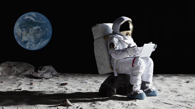 un astronauta sentado en la luna