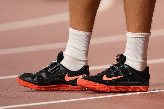 plano detalle de las zapatillas nike de clavos de un atleta en una pista de atletismo