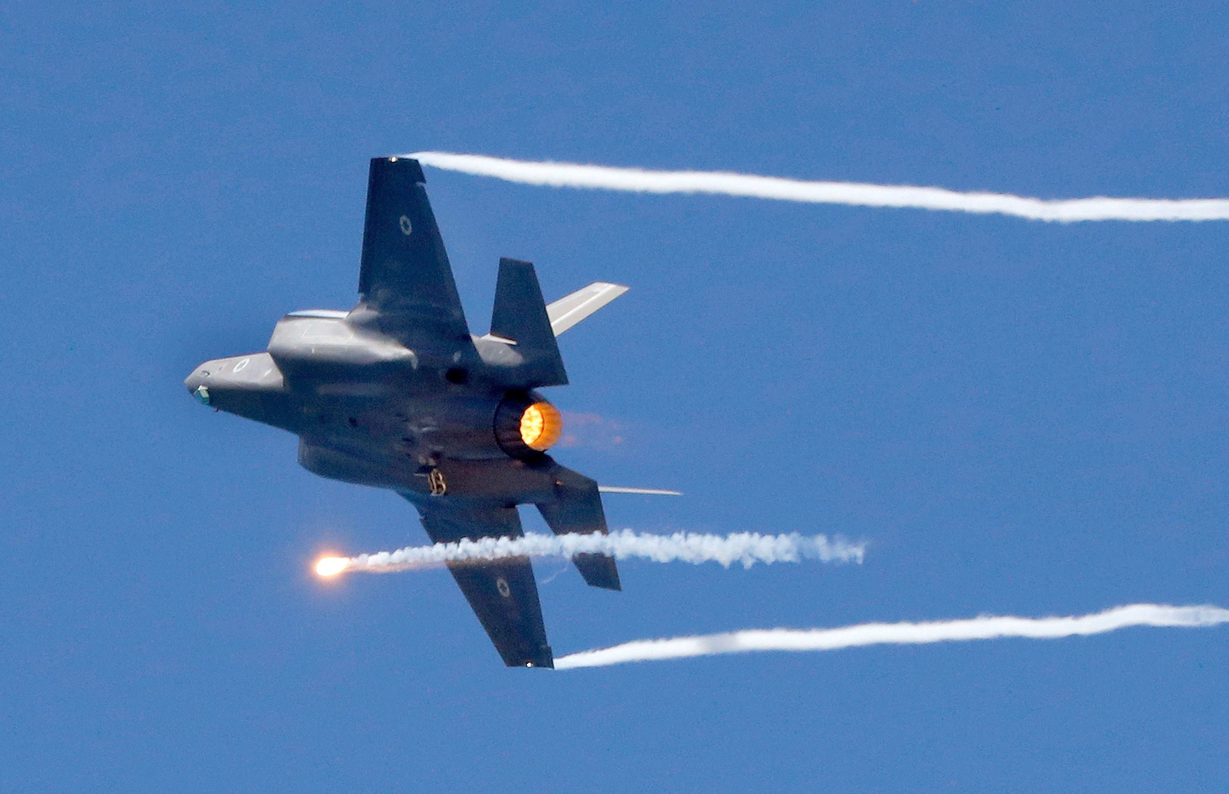 Um F-35 executa manobras durante um show aéreo [JACK GUEZ Getty Images]