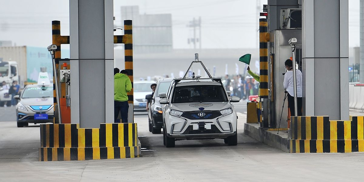 An-unmanned-automobile-drives-on-the-expressway-before-the-news-photo-1600935086.jpg?crop=0.888xw:0.646xh;0.0294xw,0