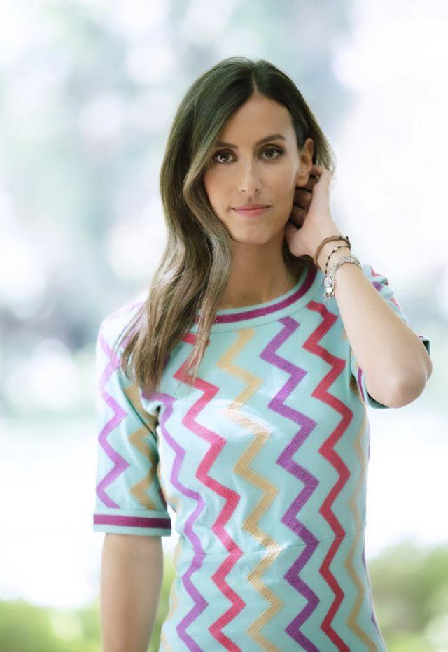 ana boyer estrena el vestido zig zag del otoño de punto en color turquesa de la marca española michonet que queda bien con converse y con tacones