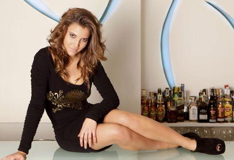 ana fernández posa sobre una barra de bar en 2010 con un vestido negro