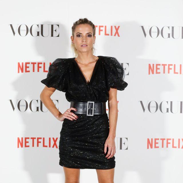 ana fernández de cuerpo entero con un vestido negro brillante de minifalda en un evento de vogue en septiembre de 2021