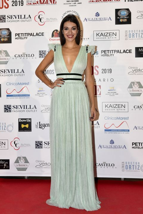 Red carpet, Dress, Clothing, Carpet, Shoulder, Gown, Premiere, Flooring, Hairstyle, Fashion,