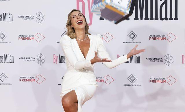 ana milán en el festival de televisión de vitoria, festval, con un vestido de novia blanco roto de la firma española alicia rueda colección 2017