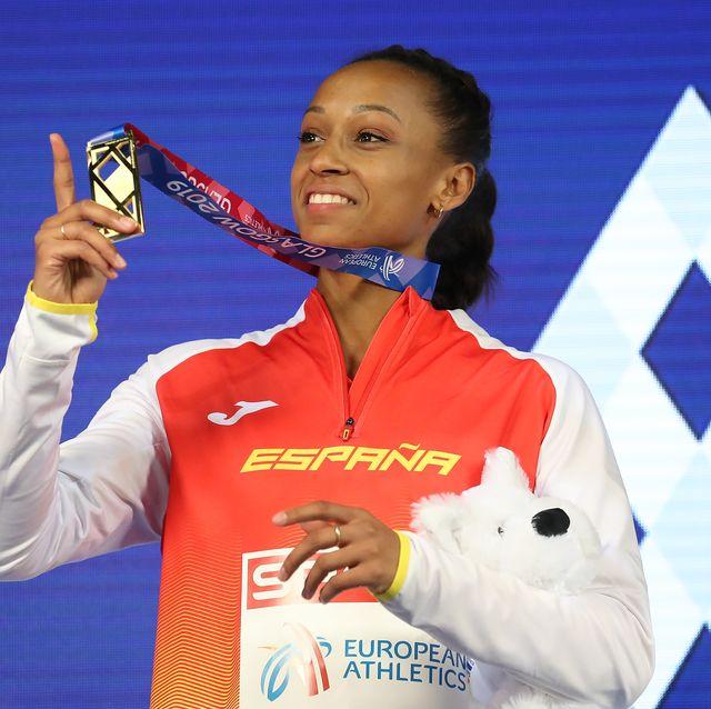 ana peleteiro luce su medalla de oro de triple salto en el podio del europeo de atletismo en pista cubierta de glasgow 2019