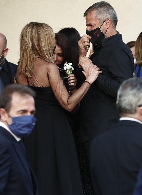ana obregón y alessandro lequio reciben gestos de cariños en el funeral de su hijo aless lequio