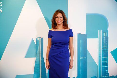 Ana Rosa Quintana posa en Mediaset con un vestido azul