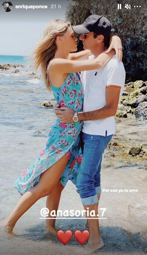 ana soria y enrique ponce, muy románticos en una imagen en la playa