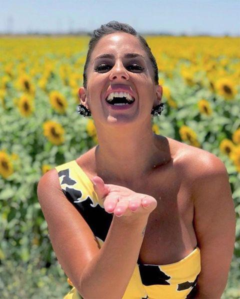 Anabel Pantoja lanza un beso