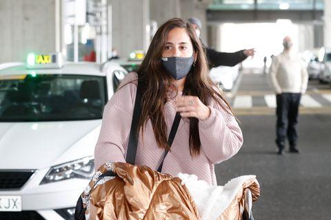 anabel pantoja llega al aeropuerto de madrid entre rumores de embarazo