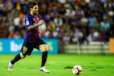 Player, Soccer, Sports, Sports equipment, Football player, Team sport, Ball game, Soccer player, Football, Sport venue,