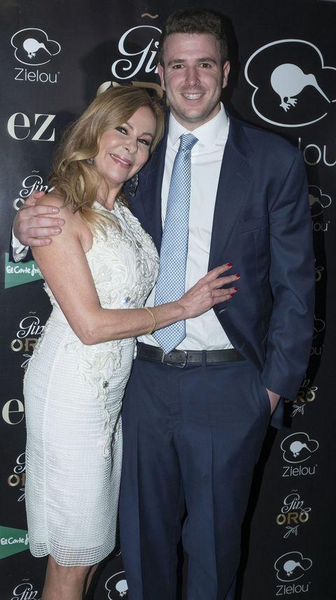 la actriz se abraza a su hijo aless en una foto de archivo