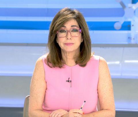 la presentadora, con gafas y de color rosa, en el plató de 'el programa de ana rosa'