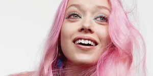 model-gekleurde-mascara-roze-haar