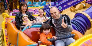 Andrés Iniesta con su familia en Disneyland Paris