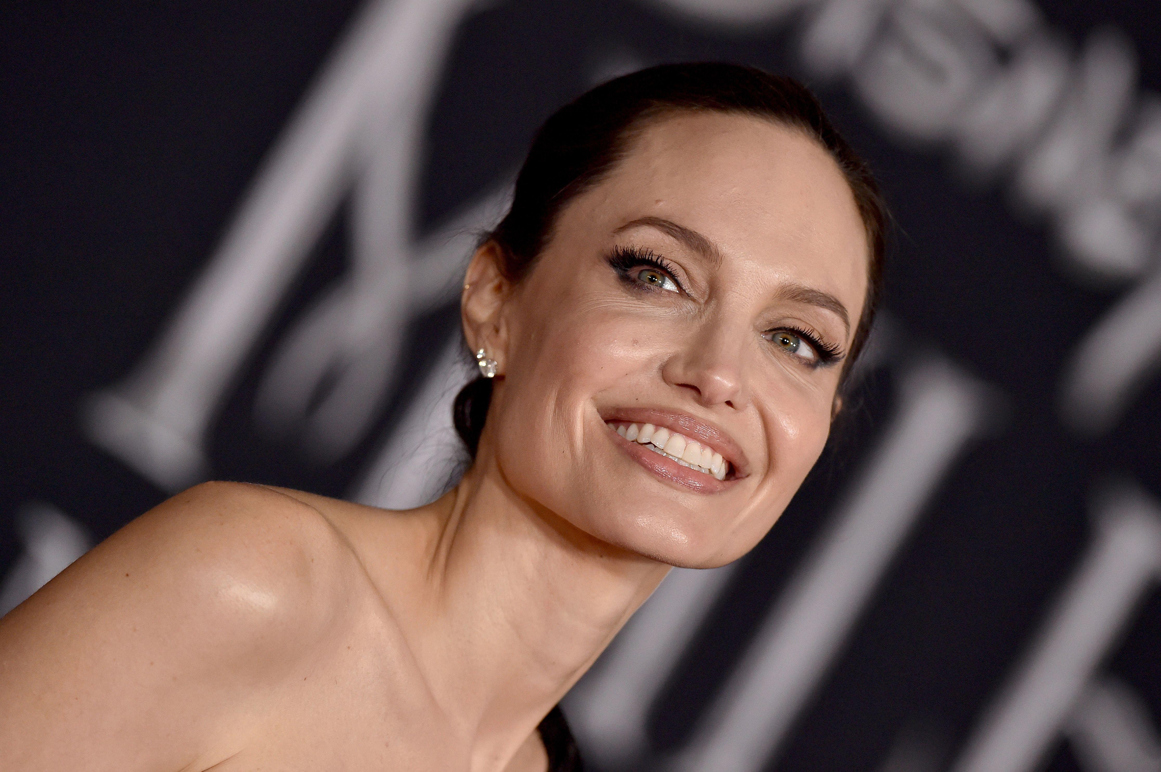 Angelina Jolie con la borsa più cool di stagione è l'ispirazione per esprimere un desiderio a Natale