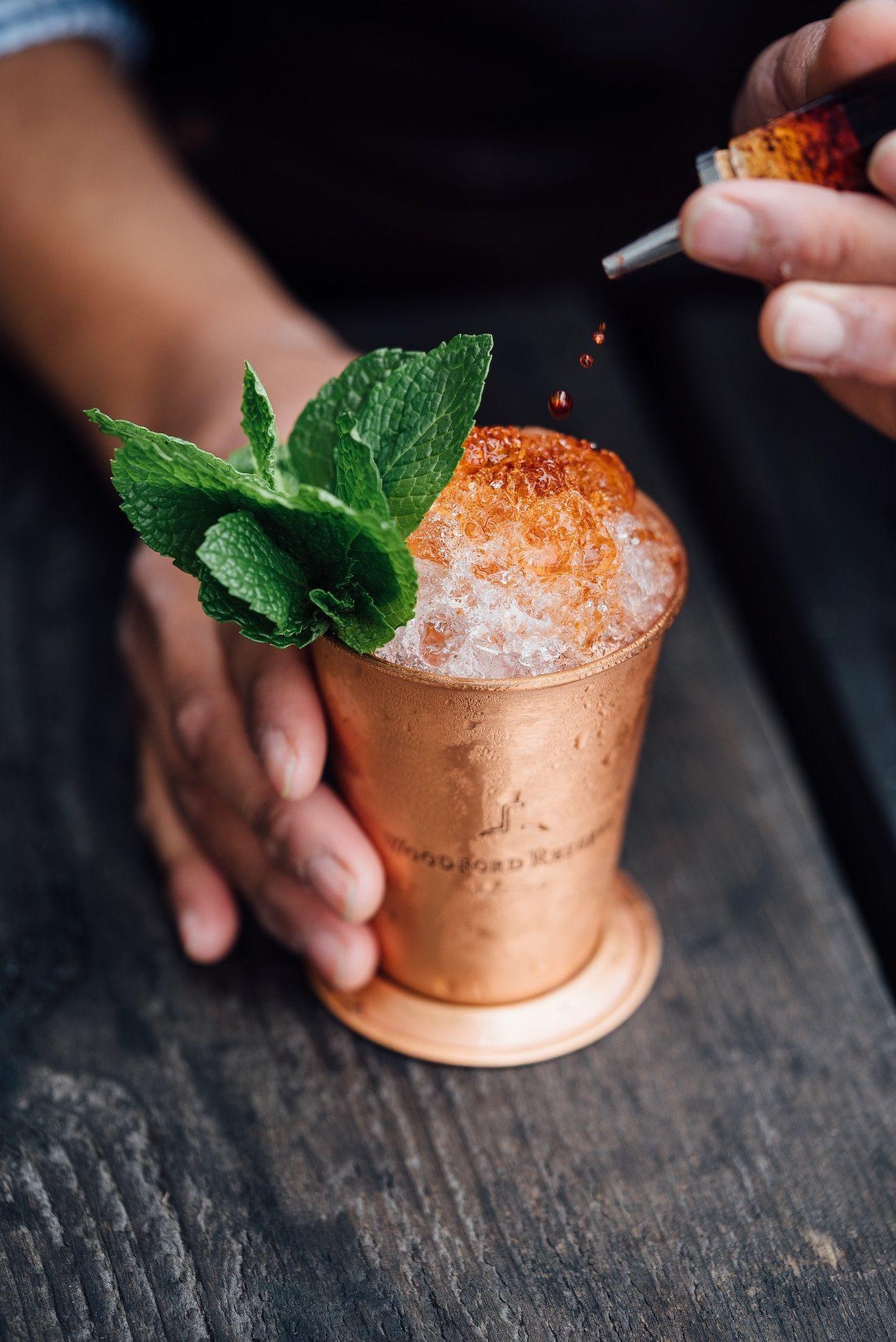 Angostura gin cocktail, cos'è il bitter che dà un sapore magico al classico drink