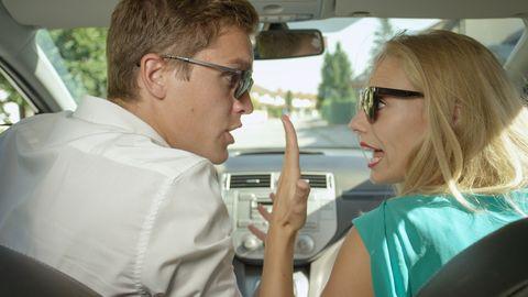 stel in de auto is boos en schreeuwt naar elkaar