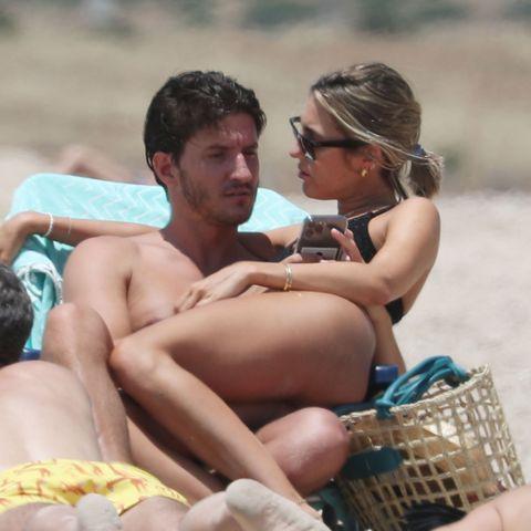 anna ferrer y su novio, iván martín, juntos en la playa de cádiz de vacaciones