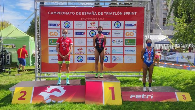 anna godoy en lo más alto del podio del campeonato de españa de triatlón de pontevedra