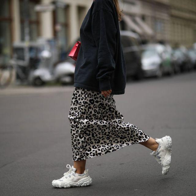 chica con zapatillas en el street style de berlin   september 4, 2020