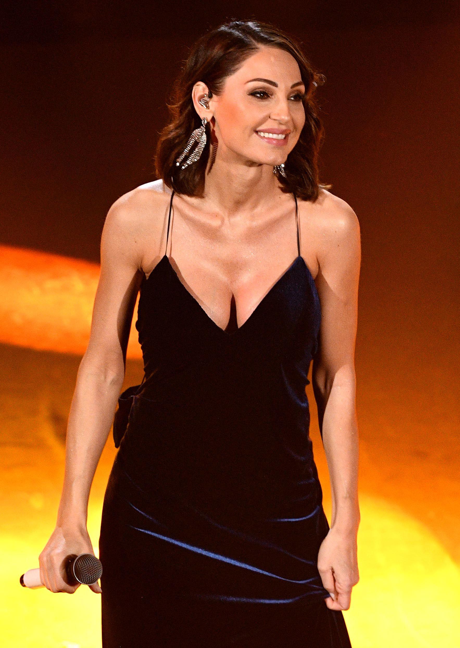 """Anna Tatangelo come Cher e Jennifer Lopez nel nuovo video di """"Serenata"""" è più sexy che mai"""