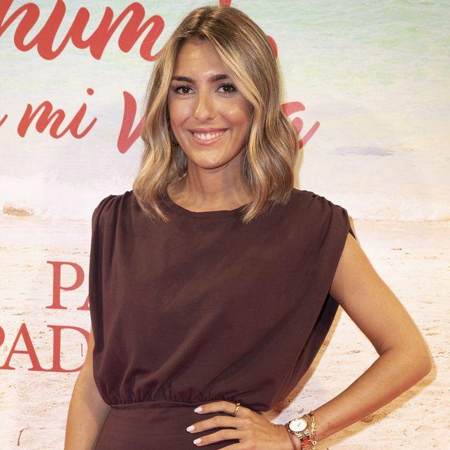 la hija de paz padilla, con un vestido corto en color marrón, estrena casa con su novio