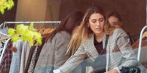 Anna Ferrer Padilla vende su ropa en un mercadilla